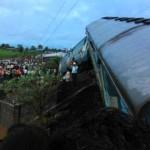 В Индии в реку с моста упали два поезда