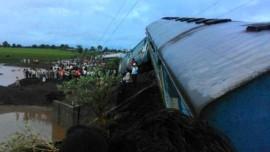 Крушение поездов в Индии