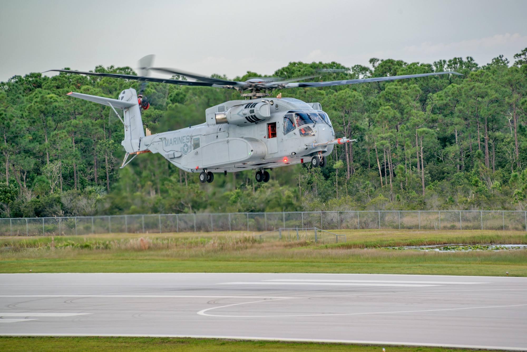 Первый летный опытный образец нового американского тяжелого транспортного вертолета Sikorsky СН-53К King Stallion (прототип EDM-1) в первом полете по полному профилю. Вест-Палм-Бич (Флорида), 27.10.2015 (с) Sikorsky Aircraft
