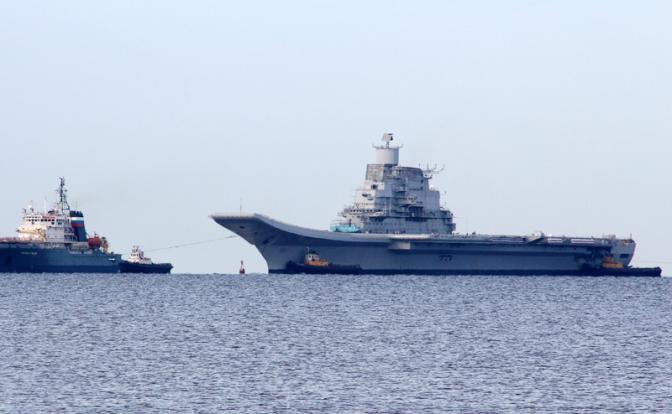 Авианосец «Викрамадитья» ВМС Индии (справа) (Фото: Владимир Ларионов/ ТАСс)