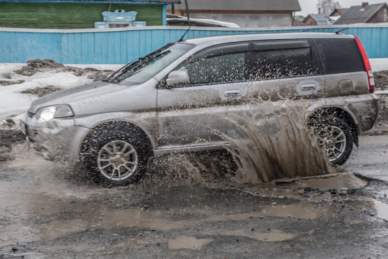 Что делать, если разбил машину из-за ямы на дороге