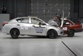 Совместный краш-тест седанов Nissan Tsuru и Versa показал прогресс безопасности