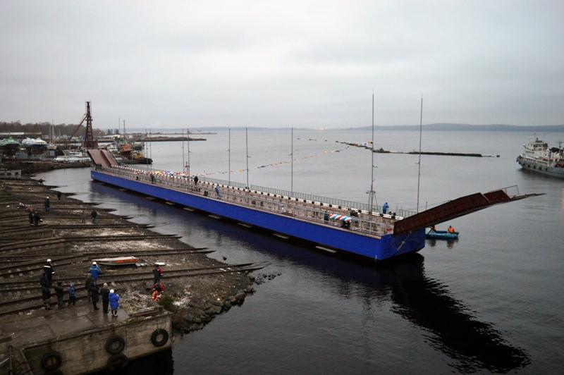 В Петрозаводске спущен на воду наплавной мост
