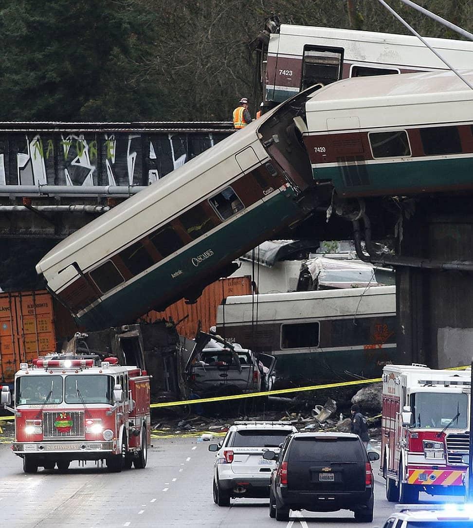Скоростной поезд Сиэтл-Портленд упал с моста